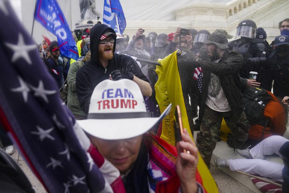 Trump-Anhänger versuchen, durch eine Polizeisperre am US-Kapitol zu brechen.