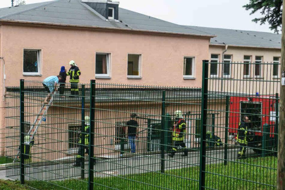 Auch mit Tragleitern rettete die Feuerwehr die Asylheim-Bewohner.