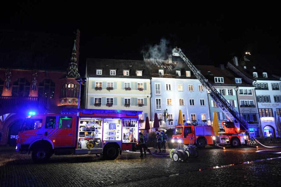 Die Feuerwehr ist auf dem historischen Freiburger Münsterplatz im Einsatz.