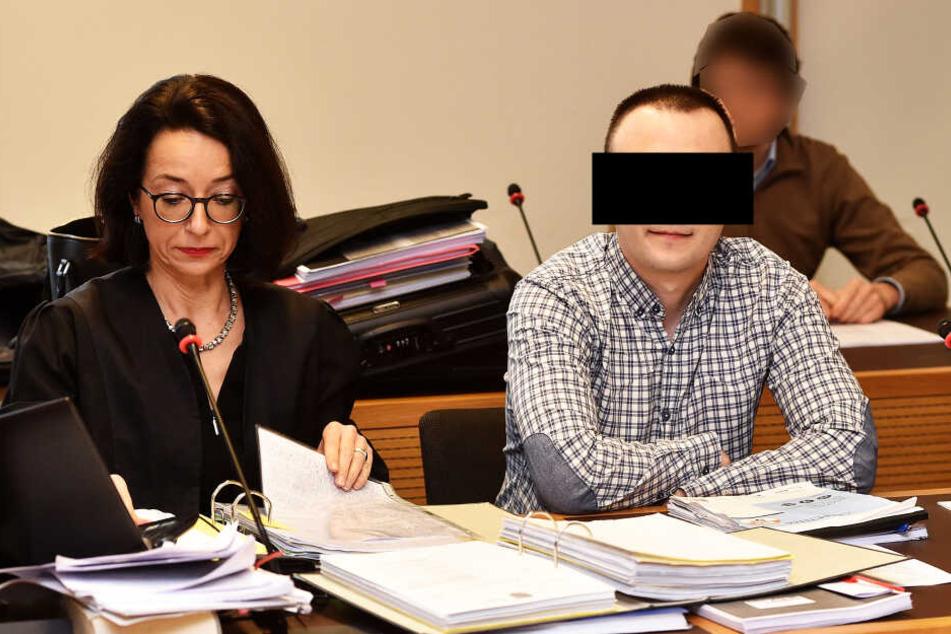 Alexander P. (36), hier neben seiner Verteidigerin Dr. Ines Kilian, soll laut Anklage Chef der international agierenden Cyberbande gewesen sein.