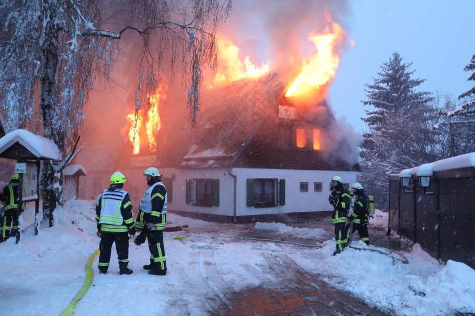 Probleme für die Feuerwehr: Restaurant neben Talsperre komplett in Flammen