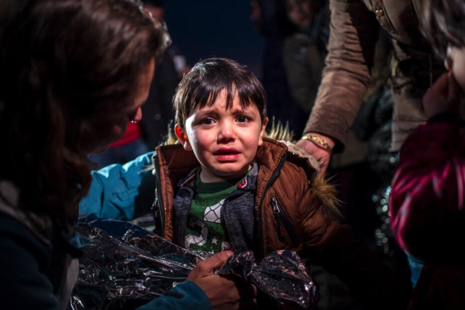 Ein Junge weint am Strand des Dorfes Skala Sikamias auf der Insel Lesbos nach seiner Ankunft aus der Türkei mit einem Schlauchboot. Er hat es in die EU geschafft. Doch unter welchen dramatischen Umständen?