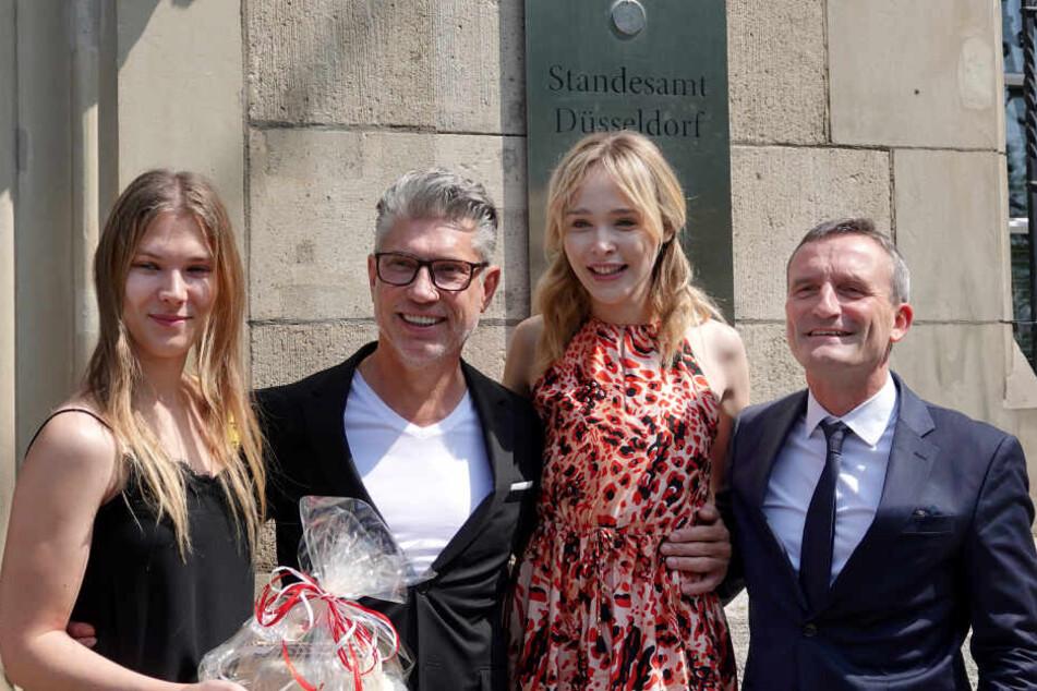 Thomas Geisel (SPD, r.), Oberbürgermeister der Stadt Düsseldorf, steht neben «Germany's Next Topmodel»-Kandidatin Theresia Fischer, ihrem Mann Thomas Behrend, und der GNTM-Kandidatin Tatjana.