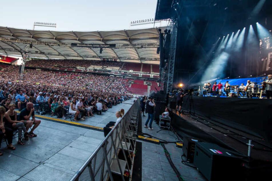 Fans jubeln dem Musiker auf der Bühne zu.