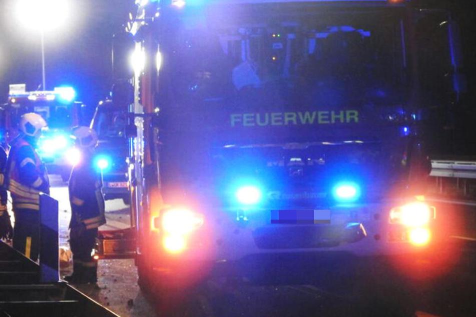 VW kracht auf A14 auf anderes Auto und überschlägt sich, 34-Jähriger verletzt