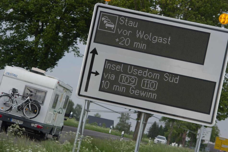 Ein dynamische Wegweiser mit integriertem Stausystem steht an der B111 bei Karlsburg (Mecklenburg-Vorpommern).