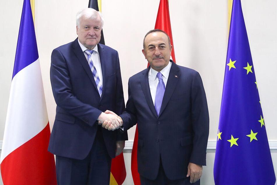 Der türkische Außenminister Mevlut Cavusoglu (re.) und Bundesinnenminister Horst Seehofer nach einem Treffen in Ankara zur Zusammenarbeit bei der Migrationssteuerung.