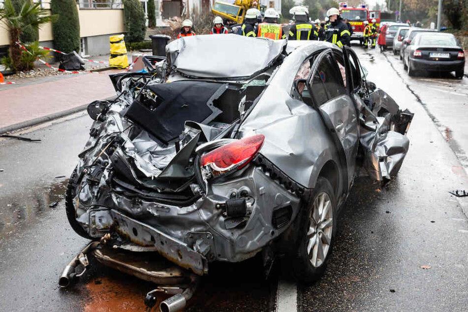 Das Foto zeigt eines der beschädigten Autos.