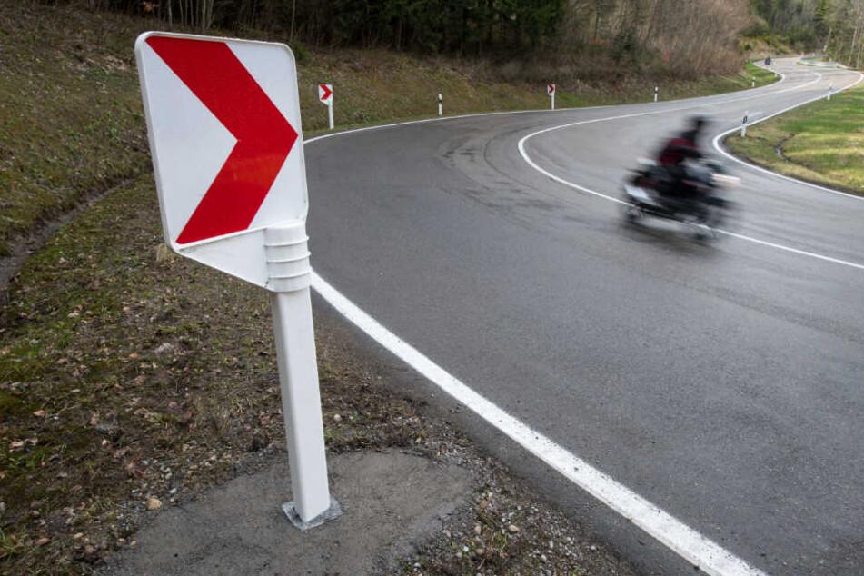 In einer Kurve verlor der Mann die Kontrolle über das Motorrad. (Symbolbild)