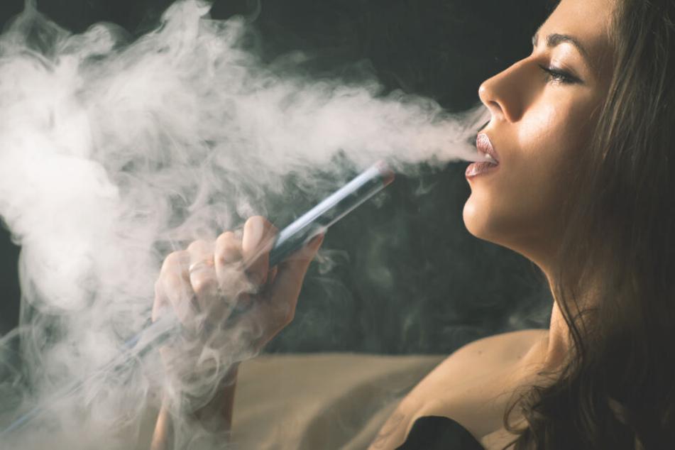Drei Frauen und ein Mann rauchen Shisha, später liegen alle im Krankenhaus