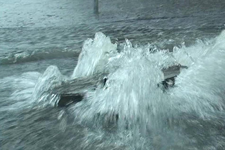 Starkregen hebt Gullydeckel aus: Ford überschlägt sich