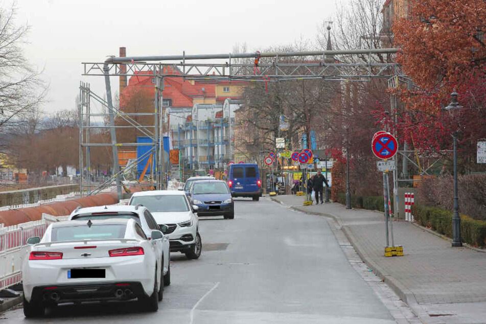 In ihrer Not parken viele Anwohner in Pieschen trotz Verbots an der Kötzschenbroder Straße.