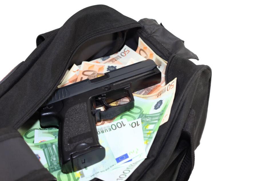 Die Räuber entkamen mit einer schwarzen Tasche mit Bargeld (Symbolbild).