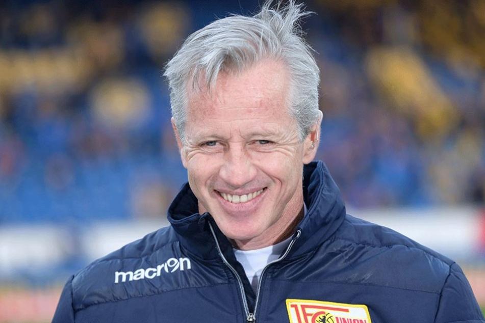 Unions Trainer Jens Keller begrüßte seine Spieler zum großen Medizincheck (Archivbild).