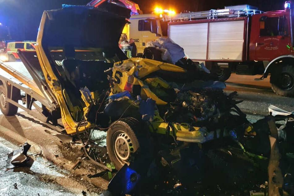 Der Fahrer konnte aus dem Wrack nur noch tot geborgen werden.