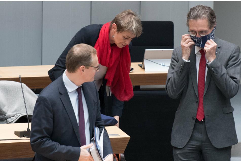 Michael Müller (l, SPD), Regierender Bürgermeister, Elke Breitenbach (Die Linke), Arbeitssenatorin, und Christian Gaebler (SPD), Chef der Senatskanzlei Berlin, kommen zur Plenarsitzung ins Abgeordnetenhaus. Gaebler zeigt dabei seinen Mundschutz.
