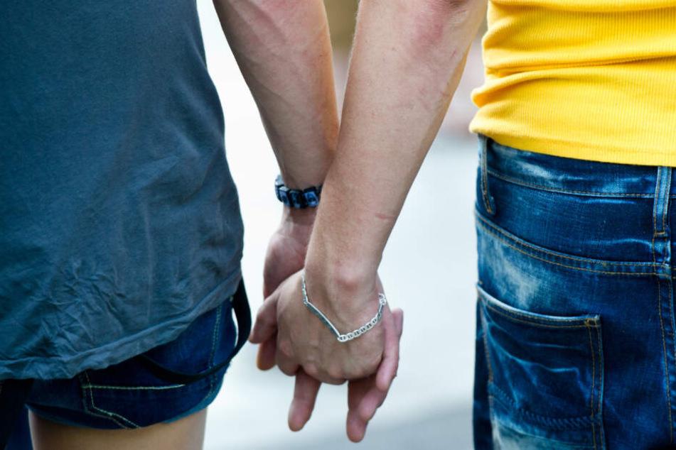 Ein homosexuelles Paar geht Hand in Hand. (Symbolbild)