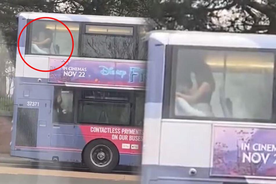 Direkt am Fenster: Paar vögelt an helllichtem Tag in Linienbus
