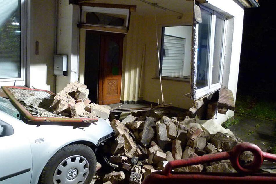 Ungebremst raste der 41-Jährige mit seinem VW in den Haus-Vorbau.