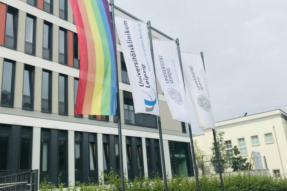 Bereits die ganze Woche weht die Regenbogenfahne, das Symbol der internationalen queeren Bewegung gut sichtbar in der Liebigstraße. Damit unterstützt das UKL den Christopher-Street-Day (CSD) und setzt ein Zeichen der Akzeptanz, Offenheit und gesellschaftl