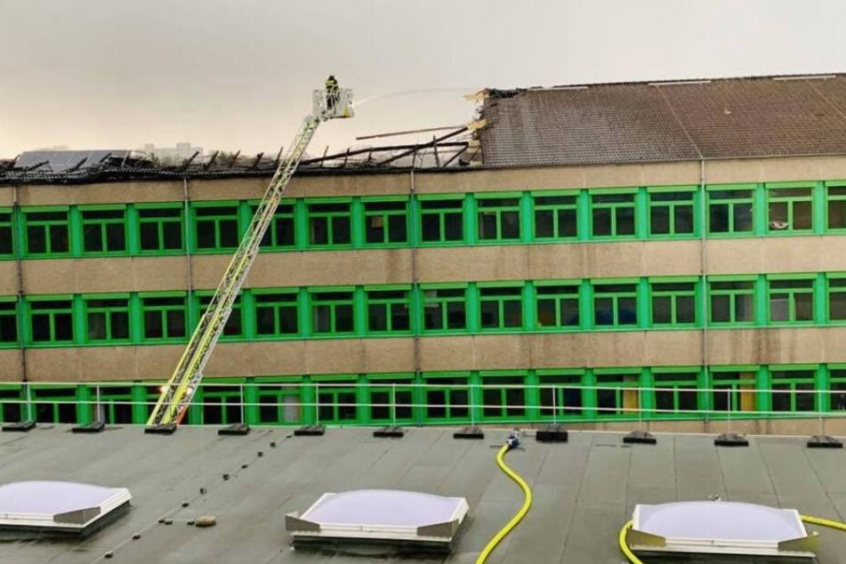 Das Feuer war am Dienstagmittag in einem ungenutzten Gebäude der Hauptschule in Wesseling ausgebrochen.