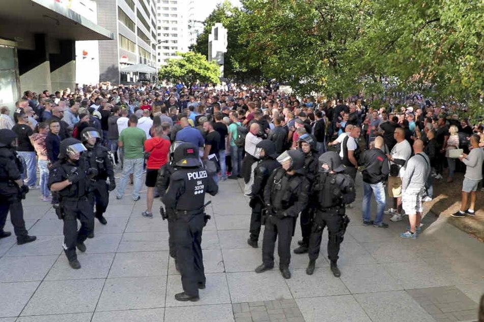 Am Tatort versammelten sich hunderte Menschen und legten eine Schweigeminute ein.