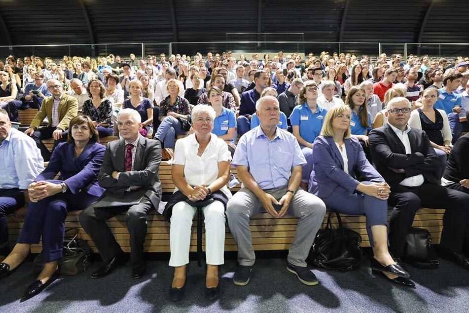 Das Autorium ist gut gefüllt. Gespannt lauschen die Zuschauer der Rede des Politikers.