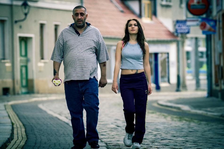 Nabil (Kida Khodr Ramadan) macht sich mit der intelligenten und schlagfertigen Juju (Emma Drogunova) auf den Weg nach Berlin.
