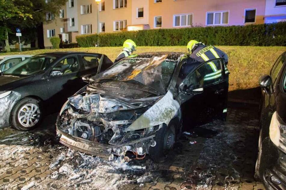 Der ausgebrannte Honda. Durch die Hitzeentwicklung wurden ein Renault und ein Citroën beschädigt.