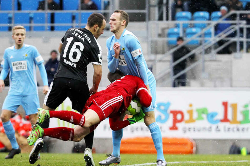 Im Februar spielte Timo Mauer in der 3. Liga noch gegen den CFC. Im Trikot der Jenaer rauscht er hier Torwart Kevin Kunz und Julius Reinhardt zusammen.