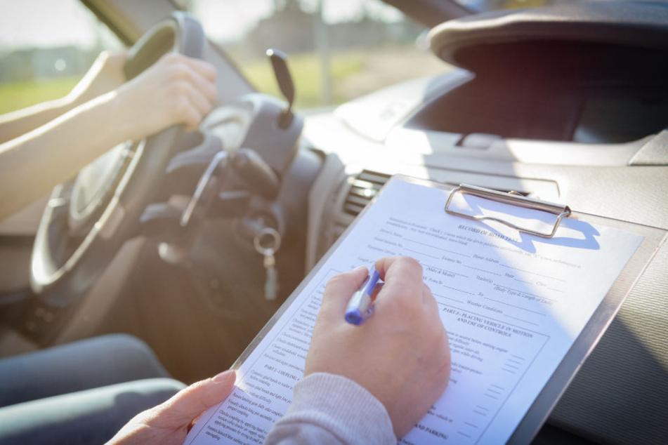 Ob die Betrügerin erst eine medizinisch-psychologische Untersuchung machen muss, bevor sie wieder zur Prüfung antreten darf, muss nun das Straßenverkehrsamt entscheiden. (Symbolbild)