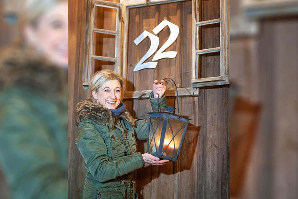 """Ines Schulz (41): """"Der Hausbesitzer, der die Zahl ans Fenster sprüht oder als Holzfigur aufstellt, füllt die mitgebrachten Dippl mit Glühwein oder Kinderpunsch."""""""