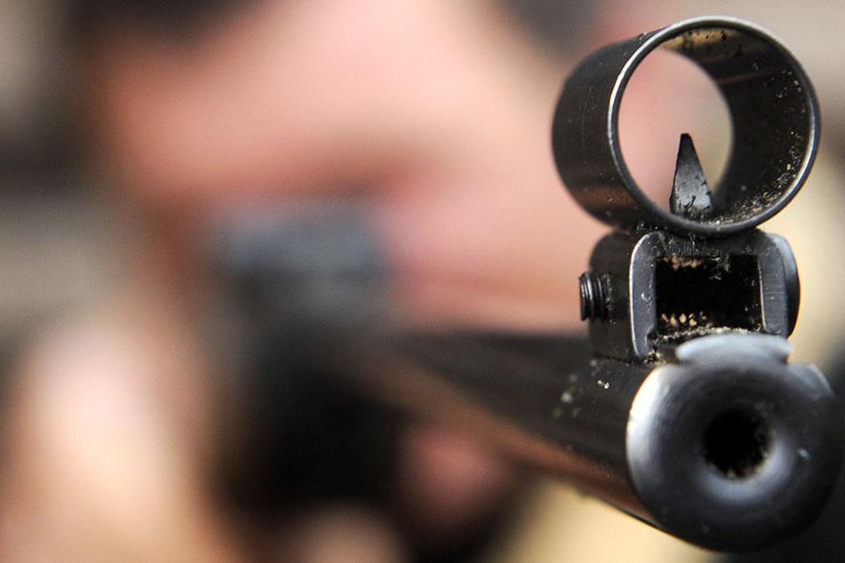Mit einem Luftgewehr wurde der Dreijährige im Oberkörper getroffen. (Symbolbild)