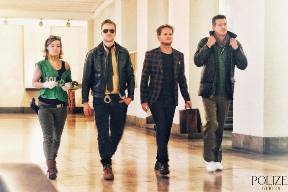 Die Beamten schreiten wie Models den Catwalk entlang.