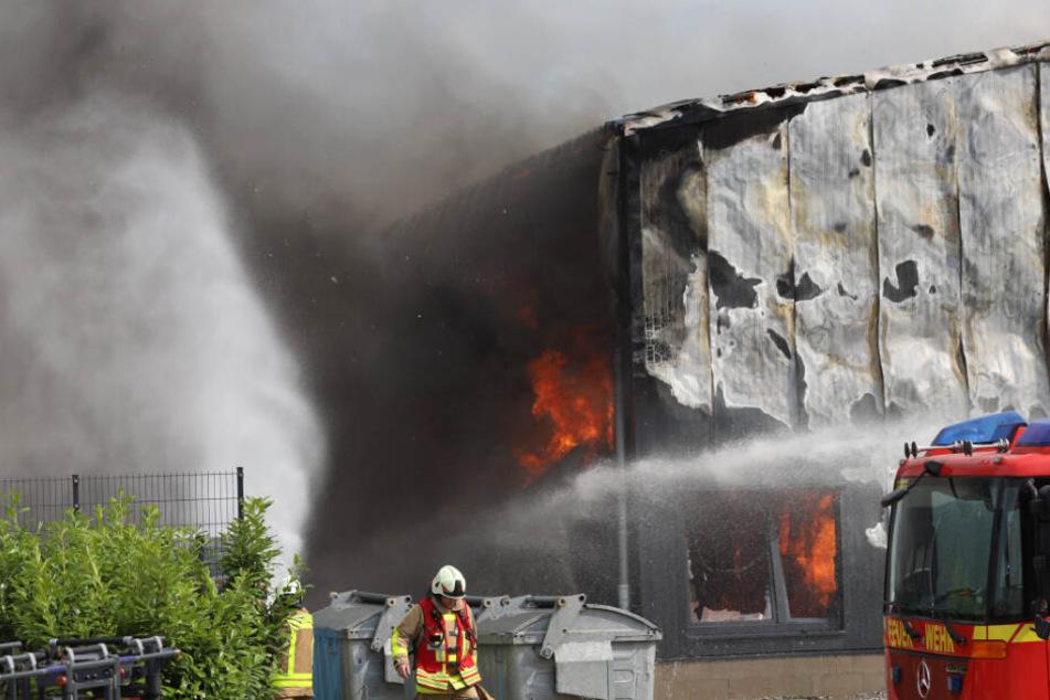 Als die Einsatzkräfte eintrafen, stand die Lagerhalle bereits komplett in Flammen.