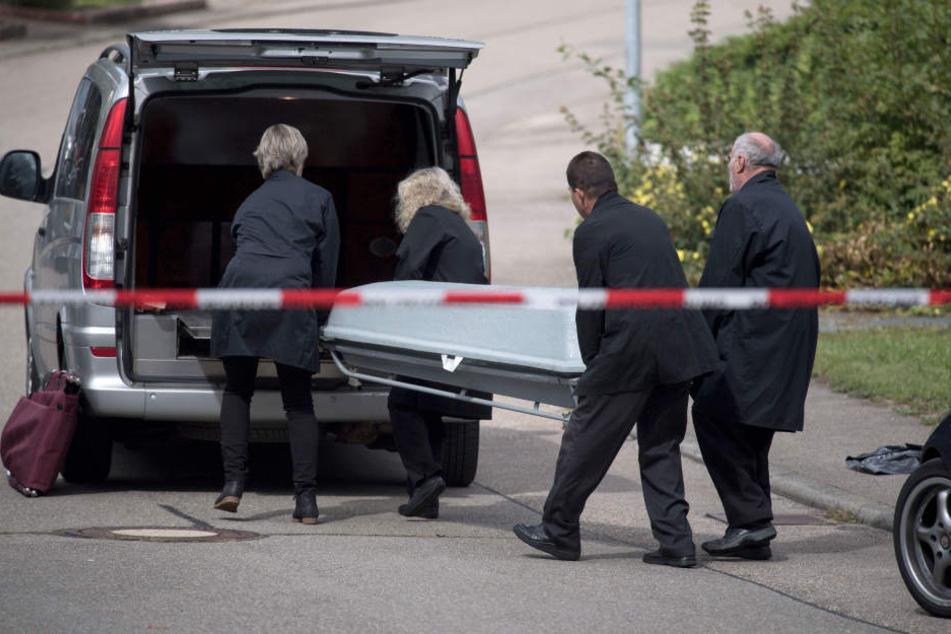 Ein Sarg wird am 15.09.2017 in Villingendorf in einen Leichenwagen gehoben. Bei einem Familiendrama bei Rottweil sind ein Mann, eine Frau und ein Sechsjähriger erschossen worden. (Archivbild)