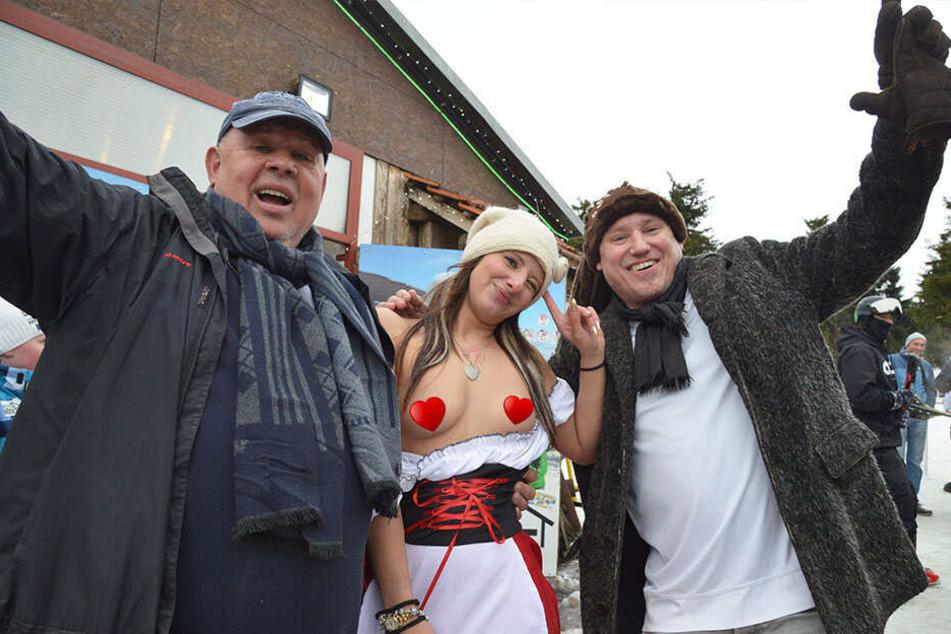 Joachim Nöske (66) und sein Geschäftsfreund Peter Pan spendieren Rodlerin Stefanie (29) eine Brustvergrößerung.