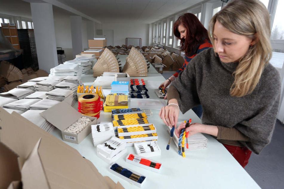 Catharina Bruns und Sophie Pester beim verpacken der Supercraft-Pakete.