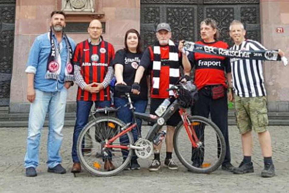 Fans von Eintracht Frankfurt reisen per Fahrrad zum Pokalfinale.