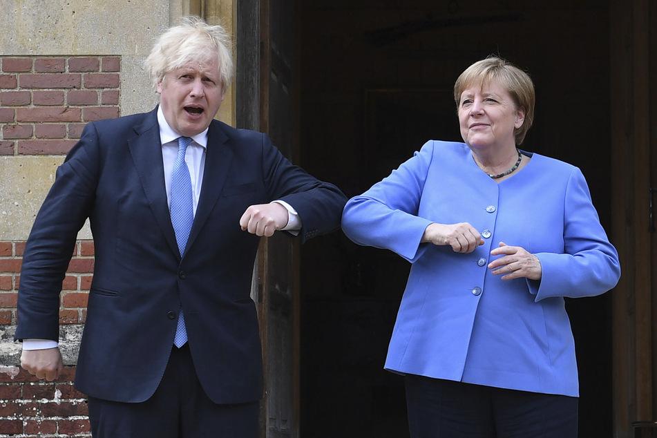 Boris Johnson (57), Premierminister von Großbritannien, begrüßt Bundeskanzlerin Angela Merkel (66, CDU) vor ihrem bilateralen Treffen in Chequers, dem Landhaus des Premierministers.