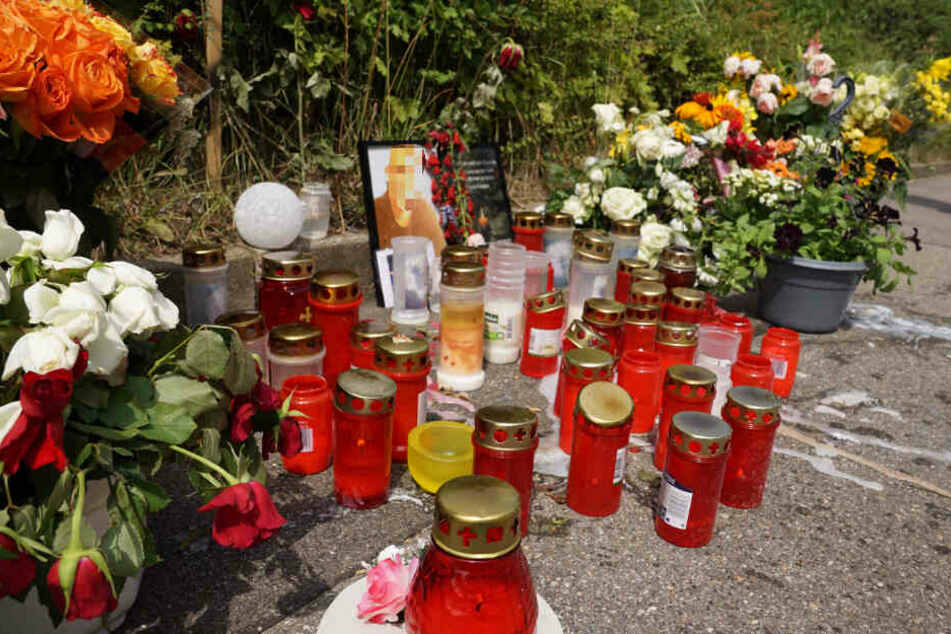 Zahlreiche Menschen haben mittlerweile am Ort der Bluttat Kerzen und Blumen aufgestellt.