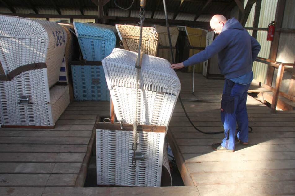 Bauhofmitarbeiter Olaf Lange bringt einen defekten Strandkorb zur Reparatur in die Werkstatt in Büsum.
