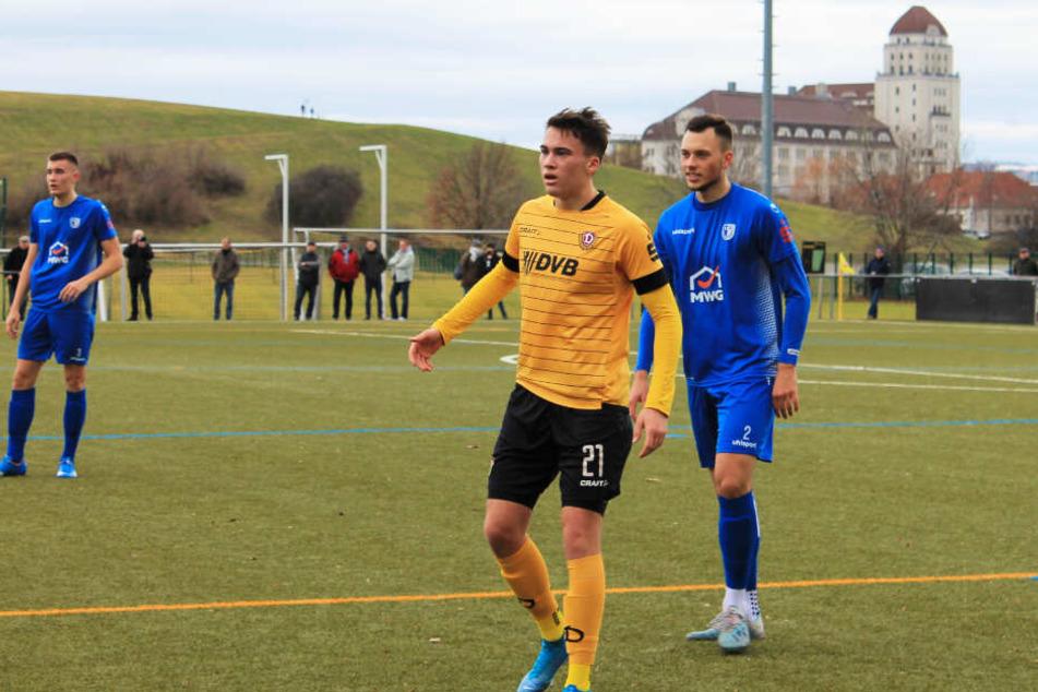 Simon Gollnack (vorne-links) traf für Dynamo zum wichtigen 1:1-Ausgleich. Hier wird er von Magdeburgs Abwehrkante Noah Etienne Vetter bewacht.