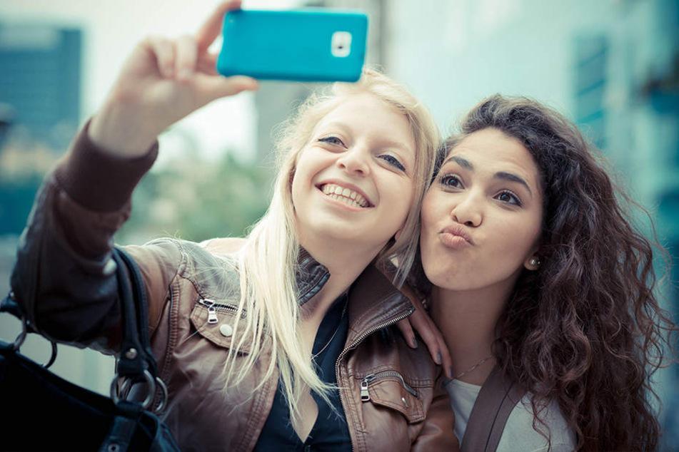 Leichtsinn! Mädchen klettern für Selfies auf Oberleitungs-Mast