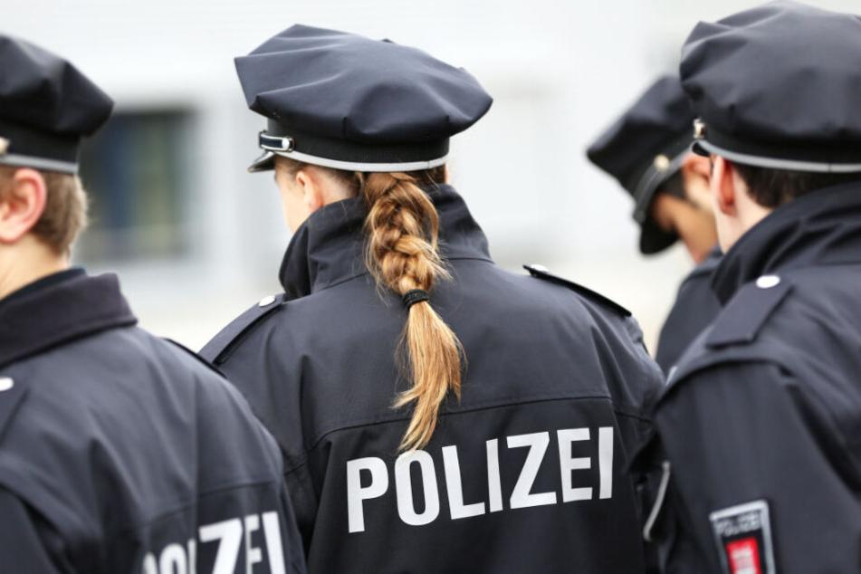 Hamburger Polizisten in Uniform stehen nebeneinander. Die Beamten konnten einen flüchtigen Tatverdächtigen schnappen (Symbolbild).