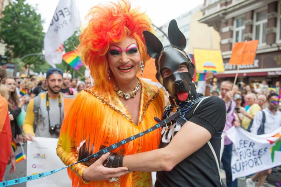 Dragqueen Olivia Jones posiert bei der CSD-Parade 2017 mit einem maskierten Fan.