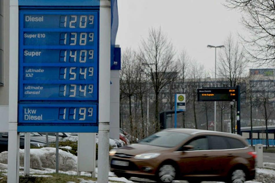 Tankstelle gestern in Chemnitz. Jeden Tag ändern sich an den Zapfsäulen x-mal  die Preise.