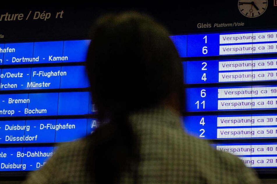 Anzeigetafel mit verspäteten Zügen in Essen.