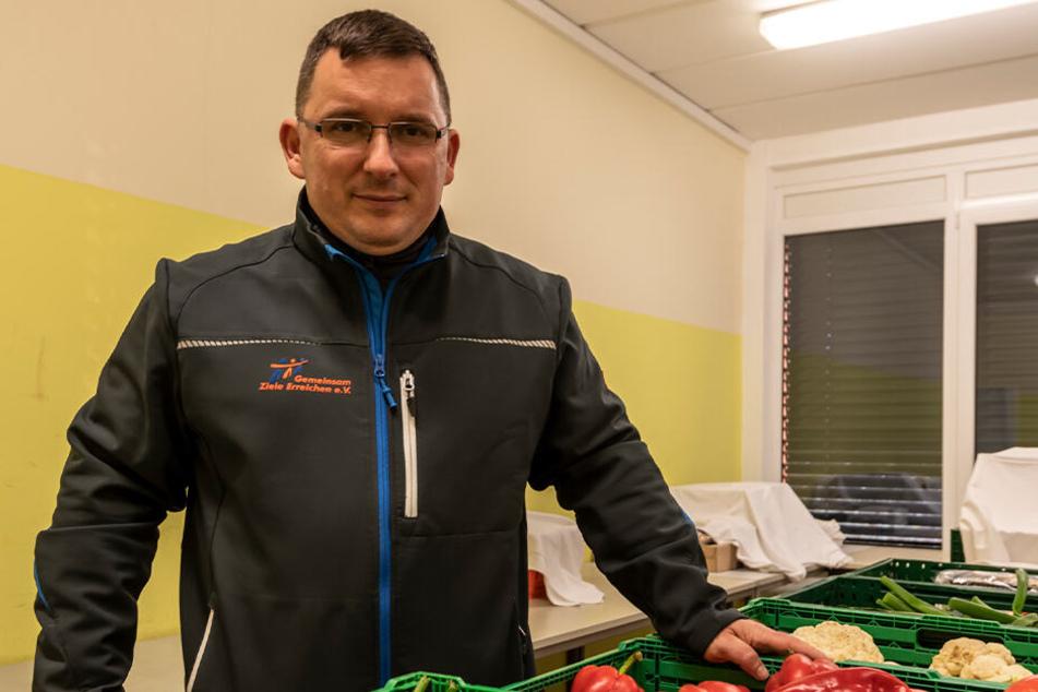 """Jens Juraschka (45), Geschäftsführer vom Tafel-Trägerverein """"Gemeinsam Ziele Erreichen"""", freut sich über die vielen Spenden."""