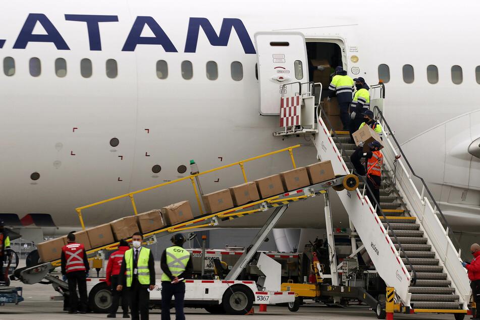 Arbeiter am Flughafen Pudahuel in Chile entladen ein Flugzeug mit medizinischen Vorräten. Chile hat 118.292 Corona-Fälle bestätigt (Stand: 5. Juni, 18 Uhr).